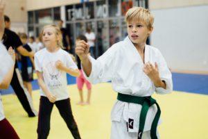 Sebastian Pungar algajatele karate huvilistele tehnikaid näitamas.